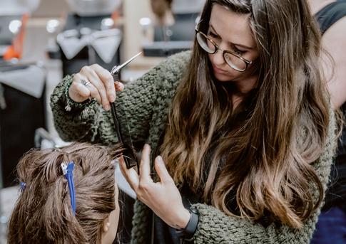 Senioren-Mädchen Dating ein Friseur Kerl College